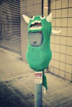 Tejer está de moda, esta tendencia se apodera de los espacios públicos gracias al yarn bombing, la nueva y colorida forma de arte urbano.
