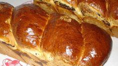 Bine ati venit in Bucataria Romaneasca Ingrediente: 8 galbenusuri 1 kg faina de patiserie 50 g drojdie pudra 3 albusuri un ou (pentru uns) 500 ml lapte, un baton de