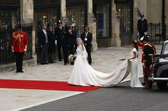 The bride arrives at Westminster Abbey ...