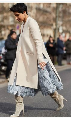 It's below zero degrees in Paris, but street style stars are putting on their best outfits. Scroll through to see our favorite street style moments from Paris Fashion Week Fall Autumn Street Style, Street Chic, Street Style Women, Look Fashion, Autumn Fashion, Fashion Outfits, Fashion Design, Dress Fashion, Street Fashion