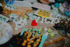 Decoração rústica de casamento.  Mesa do bolo