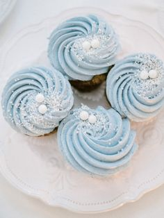 Frosty Blue Winter Wedding Filled to the brim with sweet touches - Cupcakes Winter Cupcakes, Winter Wedding Cupcakes, Christmas Cupcakes Decoration, Cupcake Wedding, Cupcakes For Weddings, Cupcake Decorations, Table Decorations, Cupcakes Decorados, Sprinkles