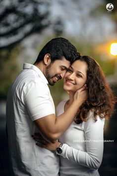Wedding couples photography - Picturesque Outdoor Couple Portraits We Love! Photo Poses For Couples, Couple Photoshoot Poses, Couple Picture Poses, Couple Portraits, Couple Shoot, Couple Pics, Love Couple, Indian Wedding Couple Photography, Wedding Couple Photos