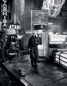 Rutger Hauer on the set of Blade Runner, -You can find Film and more on our website.Rutger Hauer on the set of Blade Runner, - Film Blade Runner, Blade Runner 2049, Science Fiction, Fiction Film, Roy Batty, Rutger Hauer, Denis Villeneuve, Cinema Tv, Ridley Scott