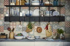 FINSTILT Servies   #nieuw #IKEA #IKEAnl #servies #patroon #klassiek #folklore #bloem #bloemen #kleurrijk #herfst #zomer #bord #kom #schaal #beker #mok #servet