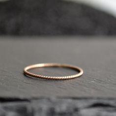 """Éloge de la simplicité...j'aime l'élégance simple de cet anneau d'or rose.Cet anneau peut être porté comme alliance, ou avec vos bagues préférées. Il est parfait pour maintenir un anneau légèrement trop grand.A transmettre de génération en génération…△ Anneau torsadé .8mm▼0r rose massif 14KImportant à lire :△ Cette bague est fabriquée sur commande : le délai d'envoi sera de 2 semaines.▽Toutes mes créations sont faites à la main """"avec amour"""", chaque pi..."""