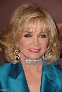 A portrait of country singer Barbara Mandrell singing on tape at the Kennedy Center for the Bob Hope birthday tribute. Get premium, high resolution news photos at Getty Images Country Female Singers, Country Music Artists, Best Country Music, Country Music Stars, Prom Hairstyles For Long Hair, Bride Hairstyles, Medium Hair Styles, Short Hair Styles, Beautiful Celebrities