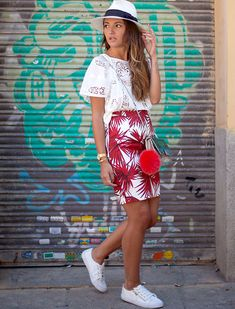 Imprimés hawaïens + blouse en crochet + baskets blanches = le bon mix (blog Lovely Pepa)