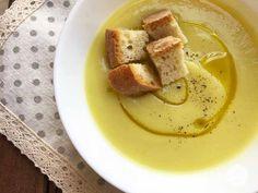 La vellutata di cavolfiore con curcuma è un primo piatto a base di cavolfiore bianco, è una crema densa e saporita aromatizzata con un pizzico di curcuma. Kefir, Food Coloring, Hummus, Soup Recipes, Mashed Potatoes, Panna Cotta, Food And Drink, Menu, Cheese