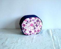 Vanity de toilette, trousse de toilette en jean recyclé bleu et coton écru à motifs fleuris mauves et roses doublé en coton : Trousses par melkikou-upcycling