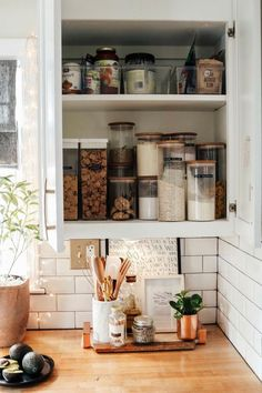 comment ranger sa chambre ou sa cuisine grace aux pots un comptoir en bois Grace, Pots, Packing Cubes, Hanging Clothes, Wooden Countertops, Organisation, House, Kitchens, Jars
