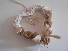 Cuore decorativo con rose in tela juta, by Pippilella