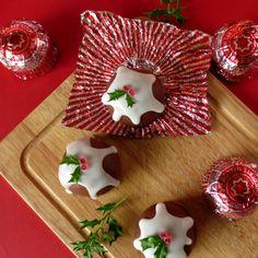 Fab n easy idea :) Nikki McWilliams - Tunnocks Teacake Christmas Puddings Christmas Food Gifts, Xmas Food, Christmas Tea, Christmas Makes, Christmas Cooking, Christmas Activities, Homemade Christmas, Simple Christmas, Christmas Crafts