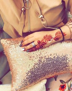wow love this stain & that cushion! // by @mantkoon_5 . . . . . . #henna #mehndi #whitehenna #wakeupandmakeup #zentangle #boho #monakattan #flowers #hennadesign #tattoo #girlyhenna #art #inspo #hennainspo #hennaart #photooftheday #mendhi #hennaartist #hennatattoo #naturalhenna #bridalhenna #7enna #doodle #art #mandala #beauty #love #feather Henna Designs Feet, Finger Henna Designs, Arabic Henna Designs, Stylish Mehndi Designs, Mehndi Designs For Fingers, Beautiful Henna Designs, Best Mehndi Designs, Simple Mehndi Designs, Henna Tattoo Designs