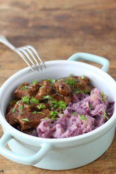 Bij winters weer is rode kool stamppot met hachee een van de gerechten die ik het liefst eet om van op te warmen. Bekijk hier het recept.