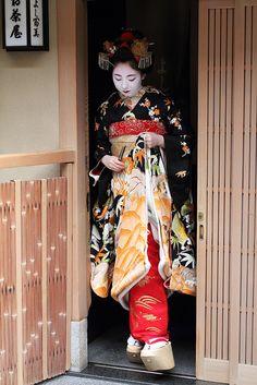 Maiko-san by Teruhide Tomori, Kyoto, Japan. Japanese Kimono, Japanese Art, Memoirs Of A Geisha, Asian Love, Japanese Beauty, Textiles, Japan Fashion, Kimono Fashion, Japanese Culture