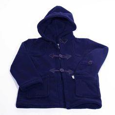 CTrenca de niño con botones y cierre sailor, bolsillos delanteros y capucha en tejido polar con acabado interior sherpa en 100% poliéster.