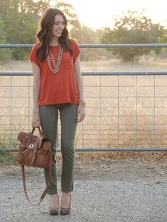 Orange top, army green pants with long gold necklace Orange Outfits, Olive Green Pants Outfit, Green Top Outfit, Army Green Pants, Bluse Outfit, Outfit Ideas, Shirt Outfit, Summer Pants Outfits, Feminine Fashion