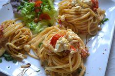 Wunderbar an heißen Tagen ist dieses würzige, mediterrane Nudelgericht. Die nur kurz angedünsteten Tomaten verleihen einen frischen Geschmack. Verwendet man Nudeln aus der Packung ist es eines der schnellsten Gerichte, die ich kenne.