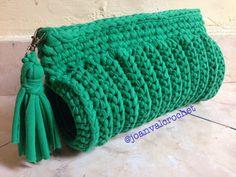 A green silinder purse by joanvalcrochet