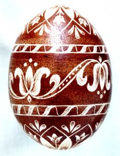 A hagymahéjjal befestett karcolt hímestojásokat Kerkay Emese készítette The Scratch-carved eggs, dyed with onion skin, were decorated by Emese Kerkay Egg Crafts, Easter Crafts, Shell Drawing, Polish Easter, Egg Shell Art, Easter Paintings, Carved Eggs, Easter Coloring Pages, Easter Egg Designs