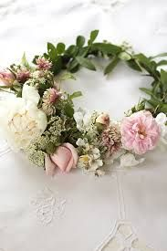DIY: fina tips till midsommardukningen, kransen och dekorationerna Couronne Diy, In The Pale Moonlight, About Easter, Wedding Gowns With Sleeves, Floral Headpiece, Beautiful Flowers, Floral Wreath, Wreaths, Midsummer's Eve
