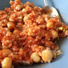 Arroz integral con garbanzos, ajitos tiernos y salsa de tomate.