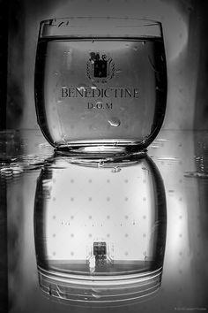 """Série de Photo n°6 """"Collection de Verre"""" - Album de Décoration - Série Photographique  Bonjour,  Je viens d'ajouter une nouvelle série photographique sur un élément de votre table, le verre. Dans cette série, retrouvez une collection de verre rempli ou vide avec quelques effets d'eau et un effet minimaliste....   #collection #collectiondeverre #eau #glaçon #sériephoto #sériephotographique #verre Vide, Ajouter, Decoration, Album, Table, Water Effect, Glass Collection, Minimalist, Bonjour"""