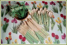 Banderitas, tenedores, cuchillos y cucharitas verdes de rayas verdes y de flores amarillas y verdes. Todo personalizado para un cumpleaños detallisime@yahoo.es
