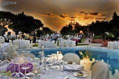 http://www.lemienozze.it/operatori-matrimonio/luoghi_per_il_ricevimento/hotel-per-matrimoni-siena/media/foto/5  Un banchetto di nozze a bordo piscina, con la luce del crepuscolo a creare un'atmosfera unica: le location di matrimonio immerse nel verde riescono ad incantare nella loro quiete bucolica.