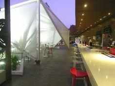 El bar tiene más de 600 metros cuadrados de atención al público y se ve desde lejos gracias a las velas que forman la terraza y un gran cubo transparente que hay a su lado y que es el comedor principal. Se llama Barco y es de esos sitios que dará que hablar. Todos los detalles en cosasdecome. http://www.cosasdecome.es/reportajes/un-trasatlantico-junto-al-parque-gonzalez-hontoria/