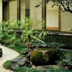 水の動きを楽しむ蹲の庭: Enatsu Garden Architect / 江夏庭苑事務所が手掛けたtranslation missing: jp.style.庭.アジア庭です。