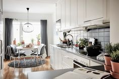 bostadervitec - 55 kvadrat Kitchen Island, Kitchen Cabinets, Small Apartment Decorating, Small Apartments, Inspiration, Home Decor, Studio, Sweet Home, Ideas