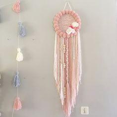 Le PoomDream TiY XL Romantique est un attrape rêve modele tissé entièrement confectionné à la main. Il est orné de pompons fais main, de perles en...