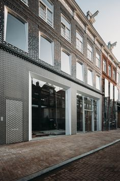 Dutch architecture practice UNStudio has recreated a typical Dutch townhouse's facade in bricks made from stainless steel and glass for Louis Vuitton's store on Amsterdam shopping street PC Hooftstraat. Tienda Louis Vuitton, Louis Vuitton Store, Facade Engineering, Stainless Steel Door Handles, Un Studio, Apartment Entrance, Amsterdam Shopping, Glass Brick, Brick Architecture