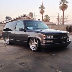 The rear wheel is 24x10 wit 295/30 tire the front wheel is 22x8.5 wit 255/35 tire. grey brushed 2 door tahoe blazer bonspeed delta wheels
