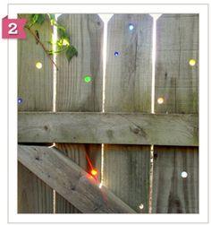Garden art on the cheap DIY: Glass marbles in your fence Garden Fence Art, Diy Fence, Backyard Fences, Fence Gate, Fence Ideas, Backyard Ideas, Easy Garden, Backyard Farming, Horse Fence