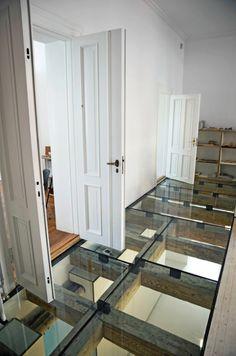 le plancher verre pour le couloir moderne dans votre maison, mur blanc déco intéressante