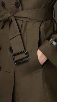 Dunkel khakifarben Mittellanger Trenchcoat aus Gabardine mit Lederdetail