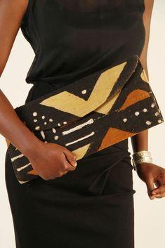 Parmi les textiles africains qui ont le plus de caractère, le bogolan occupe une place de choix: motifs tribaux, grand contraste de couleurs (marron/noir, blanc), il ne passe pas inaperçu. Le bogolan, une étoffechargée de sens et de technicité Le bogolan est originaire du Mali. C'est dans le Bélédougou, région nord de Bamako que la ...