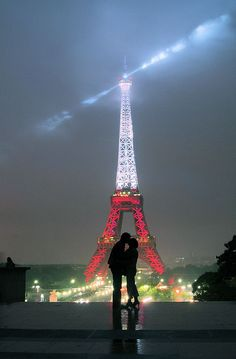 French kiss at the Eiffel Tower