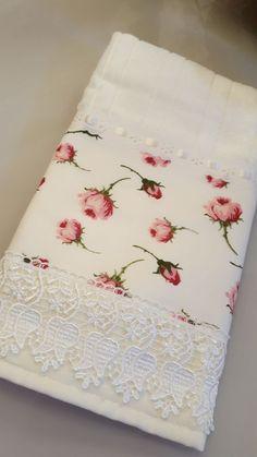 Toalha de Rosto - Feito com Amor Bathroom Towel Decor, Decorative Hand Towels, Personalized Towels, Embroidered Towels, Embroidered Bedding, Crochet Towel, Stitching Dresses, Bohemian Bedroom Decor, Towel Crafts
