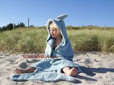 Nun auch endlich für die grossen Hai Fans.   ❤Badehandtuch/Badeponcho Hai Blau❤  Der Hai hat die Kapuze mit Haizähnen und bestickten Augen, eine Flosse auf dem Kopf und eine...