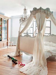 A dreamy French bedroom - this bed, oh this bed! This could most definitely be my dream room with just a few things added. I would never want to get outta bed❣❣❣ I absolutely ❤️love❤️ this! Dream Bedroom, Home Bedroom, Girls Bedroom, Bedroom Decor, Bedroom Ideas, Design Bedroom, Master Bedroom, Deco Addict, Shabby Chic Bedrooms