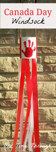 Day National Flag Windsock Craft Canada Day Windsock - this would be easy to convert for different countries!Canada Day Windsock - this would be easy to convert for different countries! Daycare Crafts, Toddler Crafts, Crafts For Kids, Canada Day Windsock, Summer Crafts, Holiday Crafts, Canada For Kids, Canada 150, Canada Day Crafts
