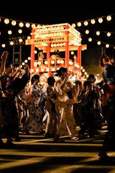 【盆踊り】Matsuri Aesthetic Japan, Japanese Aesthetic, Streetfood Festival, Japan Summer, Japanese Festival, Festival Photography, Tanabata, Celebration Around The World, Holidays Around The World