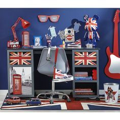 Bureau LONDON / Nouvelle collection junior 2014 // I feel like this is how people assume I would decorate, which makes me quite sad. Deco London, London Decor, Bedroom Themes, Girls Bedroom, Bedrooms, English Decor, Union Jack, English Style, New Room