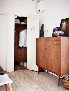 not quite 'tiny' but I lurve the 3 different types of wood Closet Bedroom, Dream Bedroom, Home Decor Bedroom, Masculine Interior, Idee Diy, House Rooms, Home Furniture, Sweet Home, House Design
