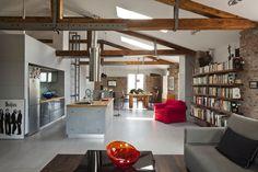 Salon jest miejscem spotkań domowników i gości. Właścicielom zależało by szafki kuchenne i ściany wokół pokoi dzieci wykonane były z prawdziwego betonu. Beton powstawał na miejscu, w lofcie - wykonawca produkował zbrojone stalą płyty, wylewając beton do form. Posadzkę przestrzeni dziennej pokrywa szary, wielkoformatowy gres. Szklana tafla nad blatem w kuchni - od strony salonu jest łatwa w utrzymaniu czystości ścianą nad blatem, od strony łazienki oknem doświetlającym niewielkie wnętrze.