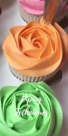 Cupcake Decorating Tips, Cake Decorating Frosting, Cake Decorating Designs, Birthday Cake Decorating, Cake Decorating Techniques, Cookie Decorating, Cake Piping Techniques, Large Cupcake Cakes, Professional Cake Decorating